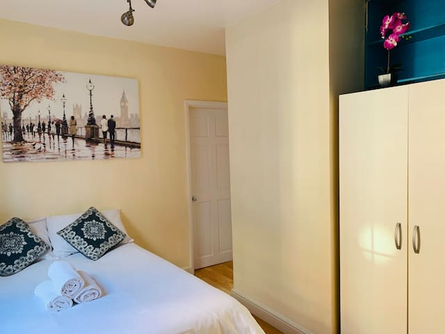Cosy One Bed Room apartment close to Towergateway.
