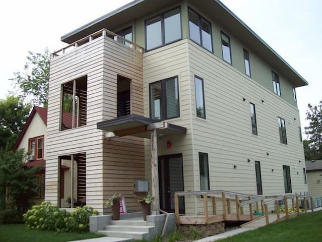 Spacious 2 bed/2 bath Condo in Heart of MPLS