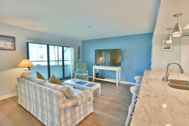 Beautiful Spacious Condo Overlooking the Bay and By the Beach