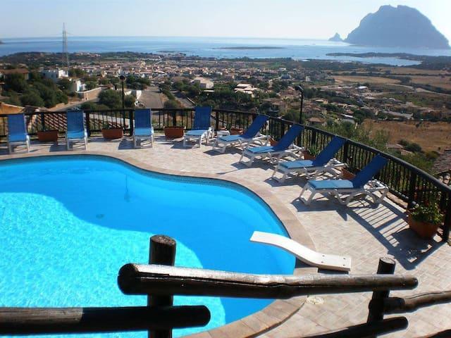 Bilocale con magnifica vista mare, piscina e relax