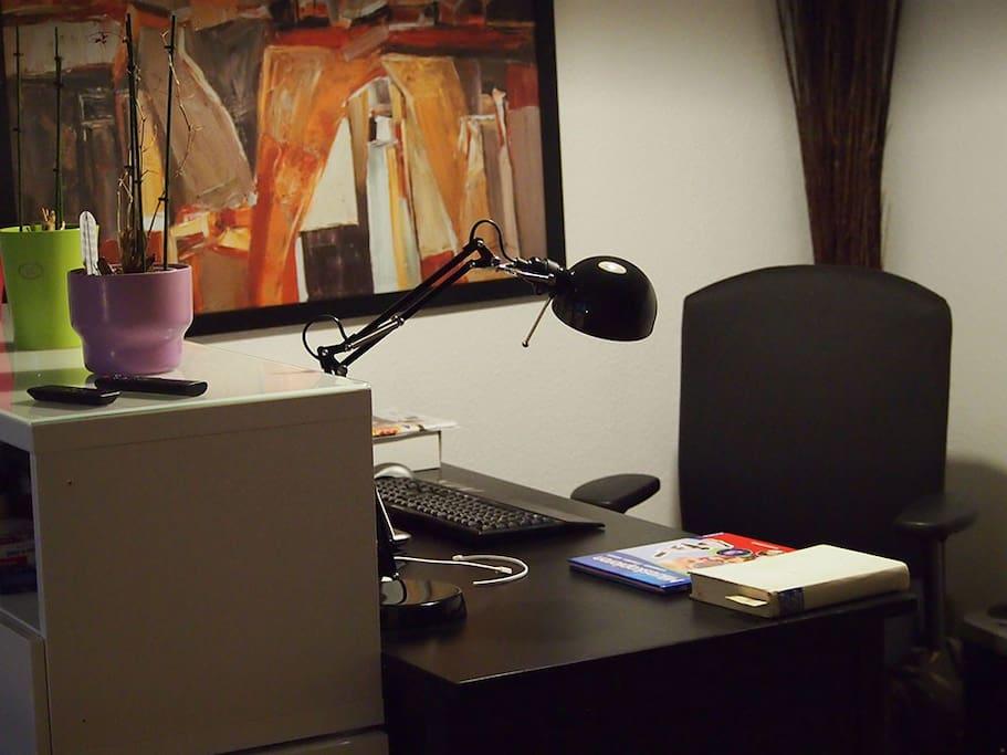 Arbeitsplatz mit Licht, Maus und Tastatur