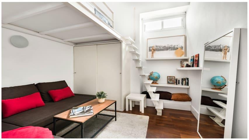 Zweites Schlafzimmer mit modernem, geräumigem Hochbett und Klimaanlage. Das Sofa lässt sich ebenfalls als Bett verwenden. Ausgeklappt hat es eine Fläche von 200 x 140 cm.
