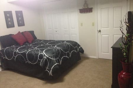 Very nice, QUIET & COMFORTABLE room Prime Location - Sandy - Hus