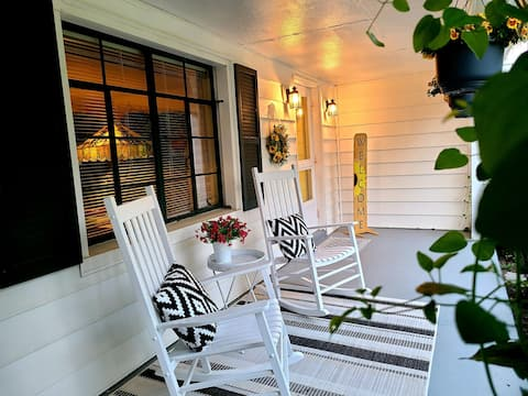 Charming, Parkview Cottage, King bed, 1 mi to I-81