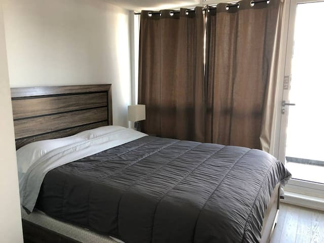 *NEW* LUXURY Downtown Condo - Queen bed+wifi