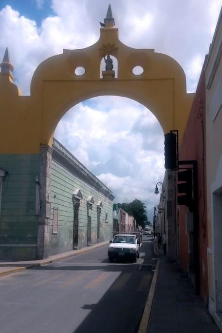 Arco de San Juan a pocos metros del departamento