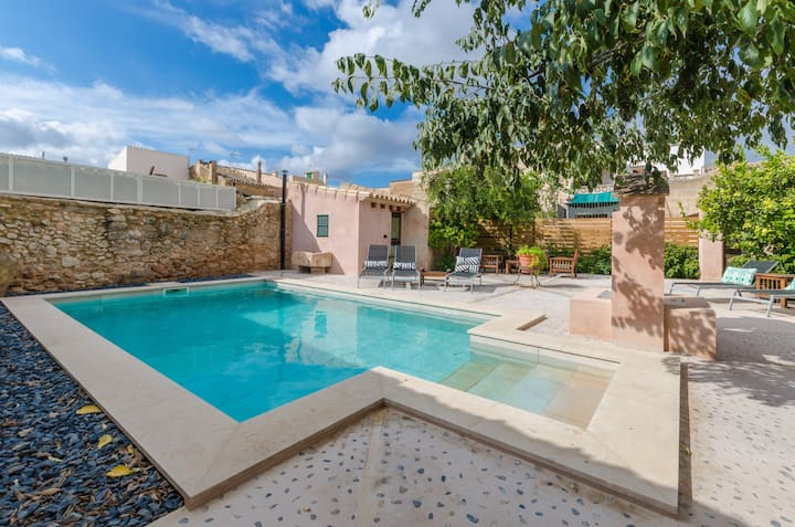 JAUME II - Majestic and traditional townhouse with private pool in Llucmajor. Free WiFi