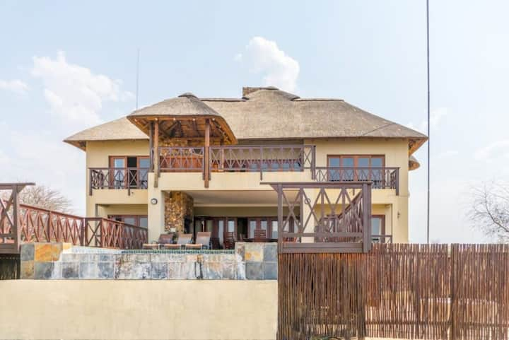 Zebula 151, 4 bedroom Luxury house with jacuzzi