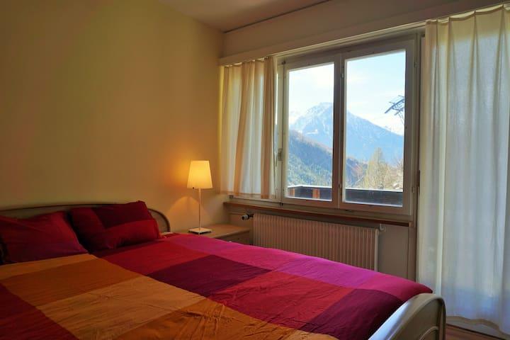 Schlafzimmer mit Zugang zu Balkon