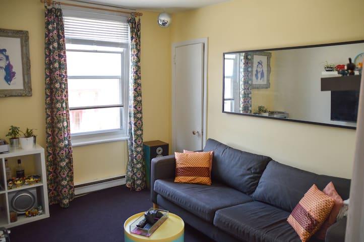 Cheap and Cozy place to crash - Montréal - Apartment
