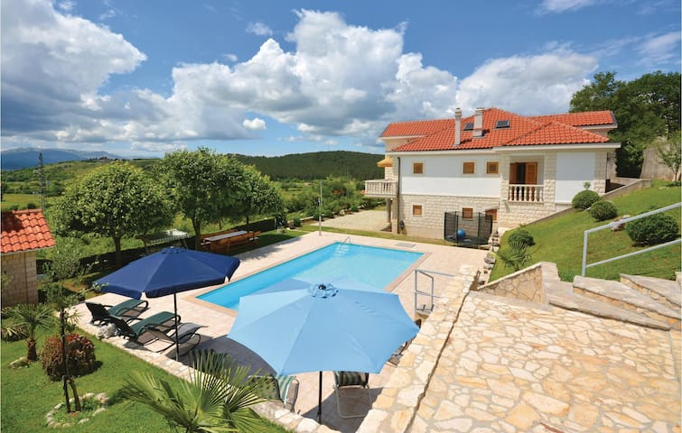 Holiday cottage with 4 bedrooms on 181 m² in Otok