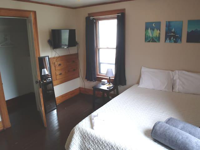 Clean, comfortable, private near Highland Square