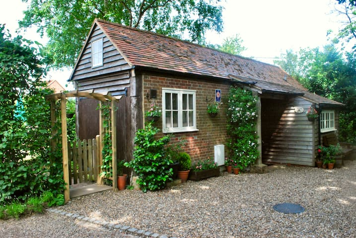 The Cart House - Comfy Countryside Cottage