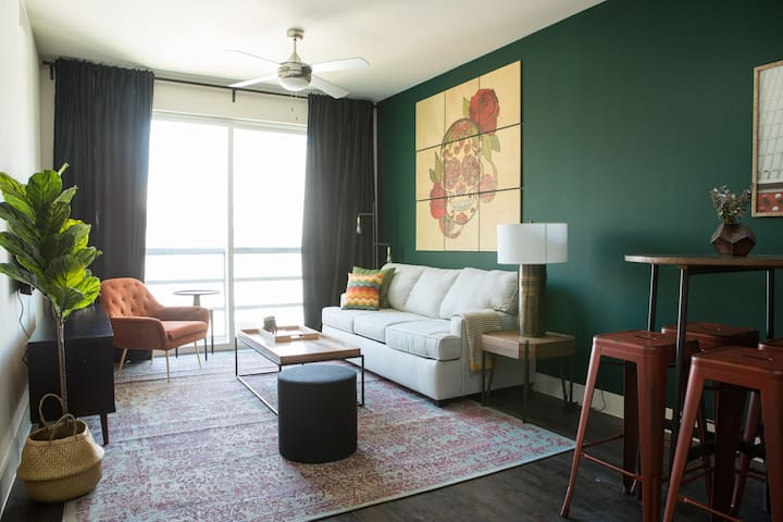 Stylish 1BR at The Domain #1522 by WanderJaunt