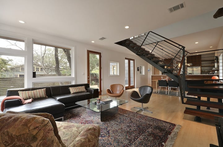 Stunning dog-friendly house w/private gas grill & deck -steps to South Congress