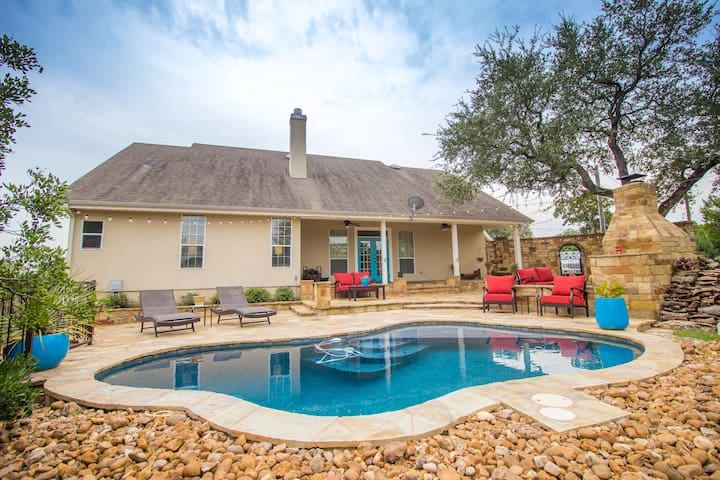 Town & Country Luxury Oasis on 6 Acres Near Gruene