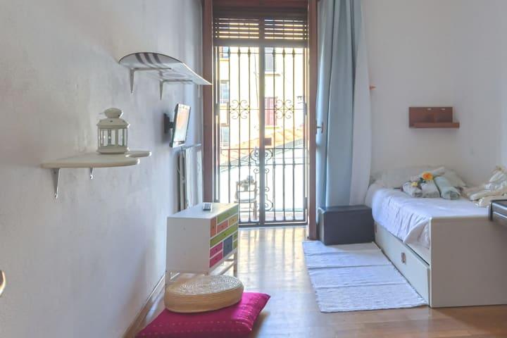 Cozy and clean room Underground M5 Cenisio
