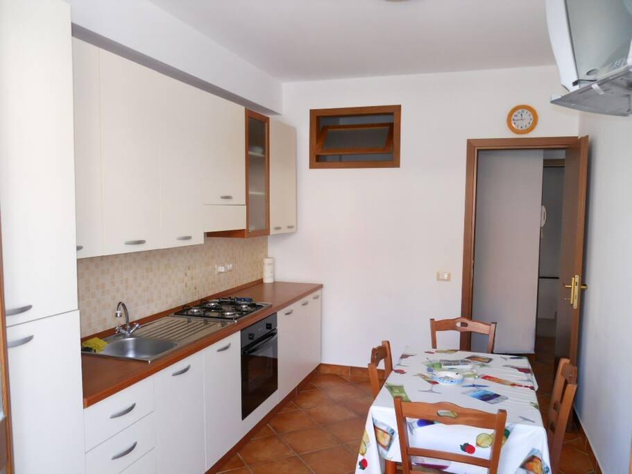 Wohnküche mit Essecke und TV
