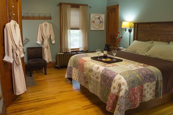 Holly's Room - Pinehurst Inn Bed & Breakfast