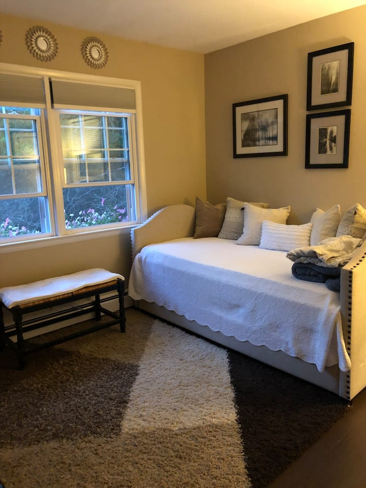 Lovely private room in White Plains (women only)