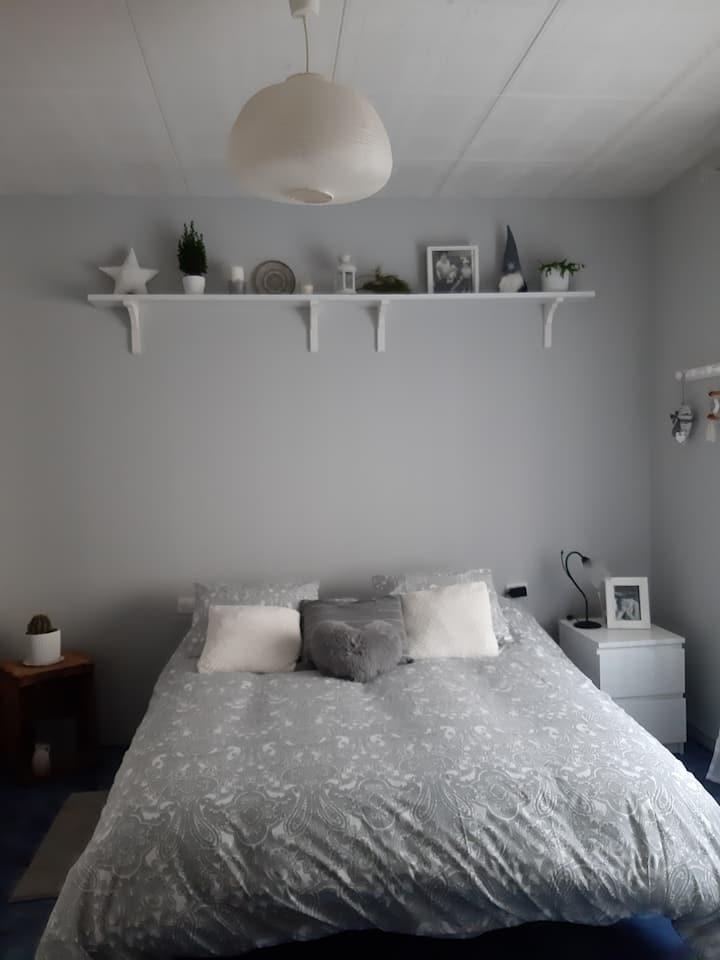 Habitación grande, luminosa y cómoda