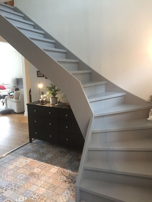Hall och trappa till övervåningen