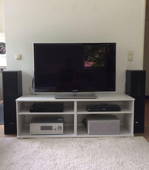 Digitales Fernsehen auf einem 46-Zoll-LED-Fernseher sowie DVD- und Bluray-Player und Dolbysurround-Anlage