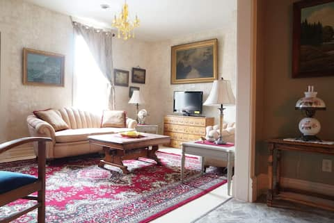 Flat on Furnival, with old world charm!