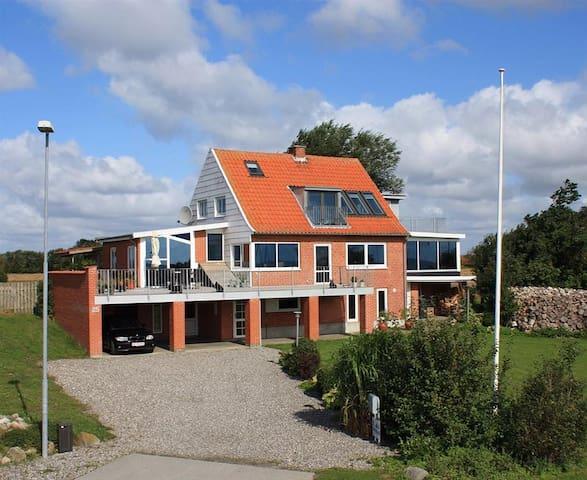 Sommerhus på Jegindø 100 meter fra havn og fjord. - Thyholm - Hytte