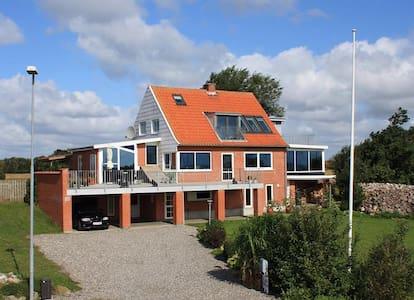 Sommerhus på Jegindø 100 meter fra havn og fjord.
