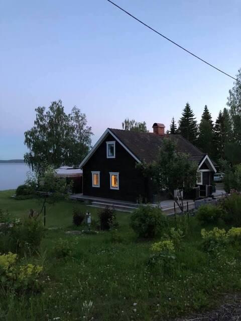 Stuga med havstomt och egen badvik på vackra Alnön