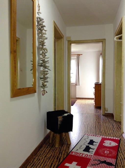 Flur innerhalb der Wohnung Richtung Wohnzimmer - Corridor inside appt. direction living room