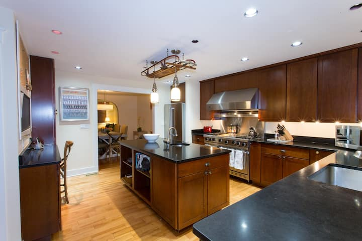 The Kings Court - Downtown 4 BR Gem, One Block to the Naval Academy Gates!