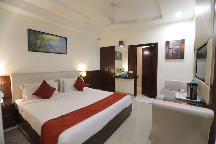 Deluxe Double room in a hotel, 500Mtrs from Taj.