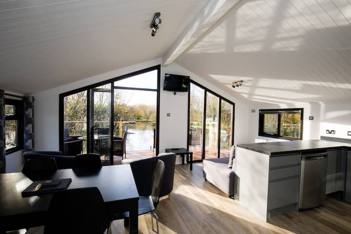 Luxury Wooden Lakeside Lodge CARRION Near Longleat