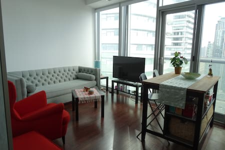 Beautiful apartment in the heart of downtown,close to many restaurants and bars,step away from CN Tower,and ripley's aquarium,5 minutes walk to union station.