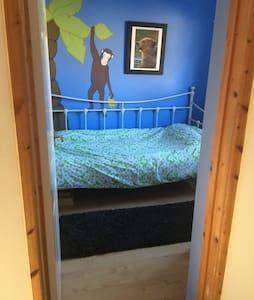 Single Bedroom in 4 Bed House Free wi-fi - Chippenham - บ้าน