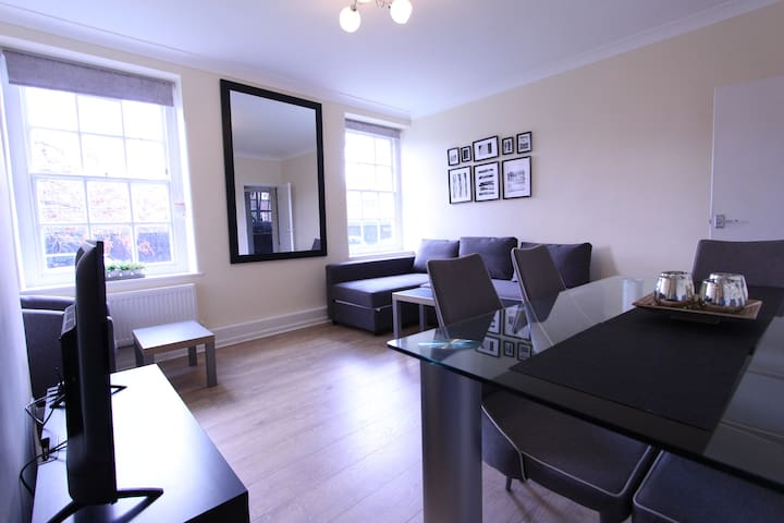 Lovely Ground Floor 3 Bedroom Apartment- Central