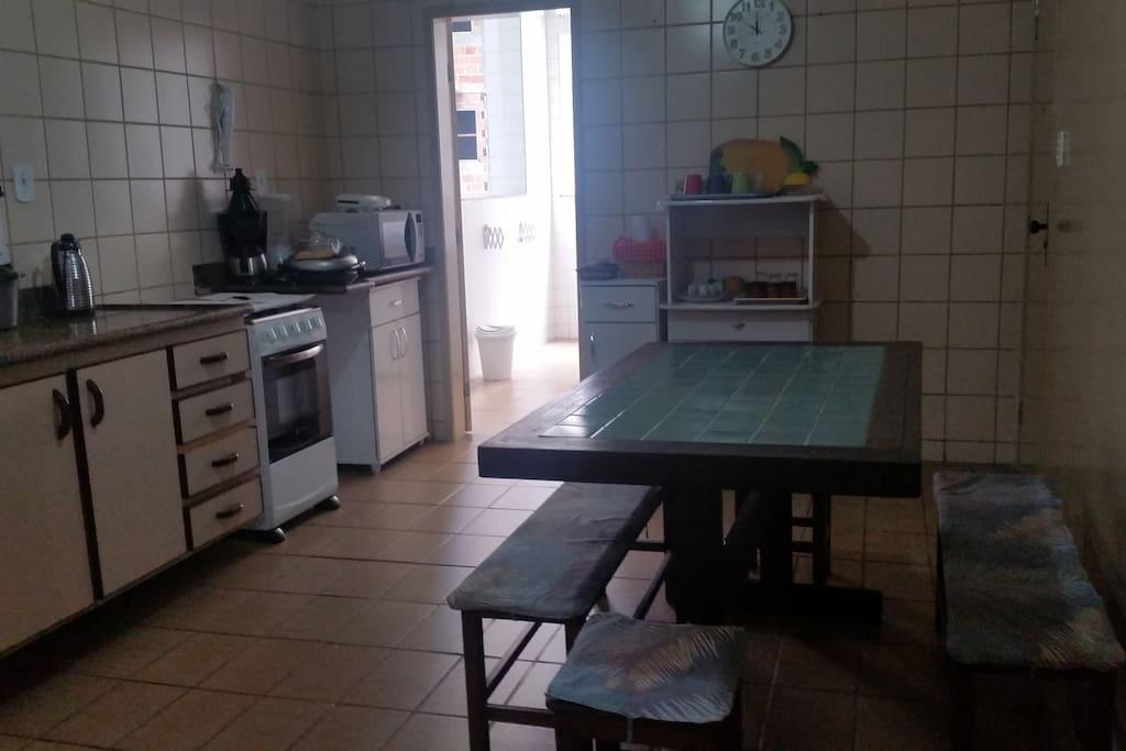 Cozinha completa com área de serviço com maquina de lavar