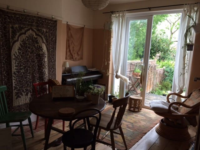 Large, peaceful room in creative plant-loving home - Bristol - Dom