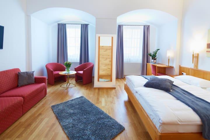 Rathauskeller Melk - Der Melker Gasthof - Die Residenz (Melk), Großes Deluxe Doppelzimmer mit Badewanne