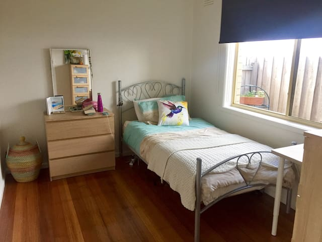 Spacious, homey Brunswick - king single bed