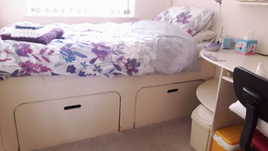 Single room, Swindon. Ideal for travelling work