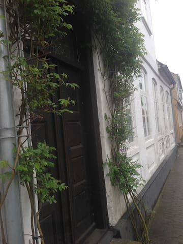 Charmerende værelse i gammelt byhus i Nibe.