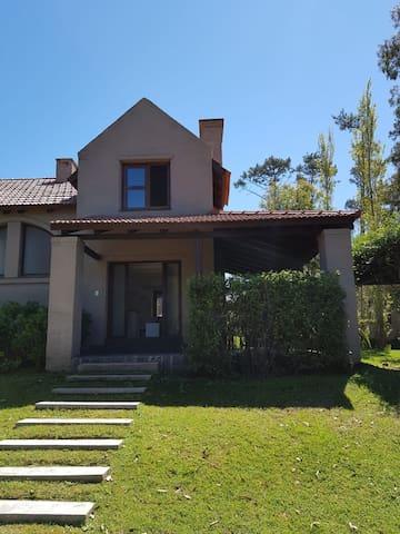 Alquilo casa en barrio privado pinares
