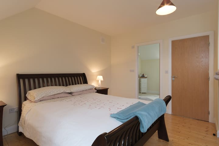 Sunny double room with bathroom, wifi & parking! - Galway