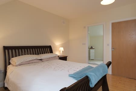 Comfy, modern room in friendly home, with parking - Galway