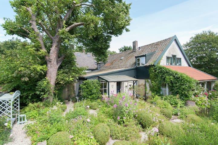 Romántica casita de vacaciones con un jardín muy especial en Schoorl