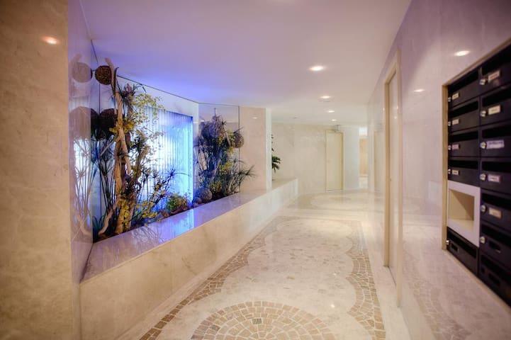 Un appartement situé dans une résidence luxueuse et sécurisée
