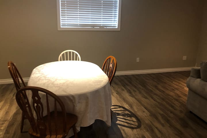 Private Basement Apartment, Minutes from the Falls